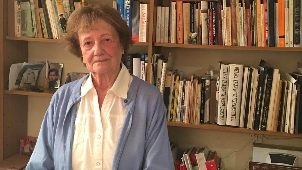 Dita Kraus lângă biblioteca sa - The Jewish Chronicle